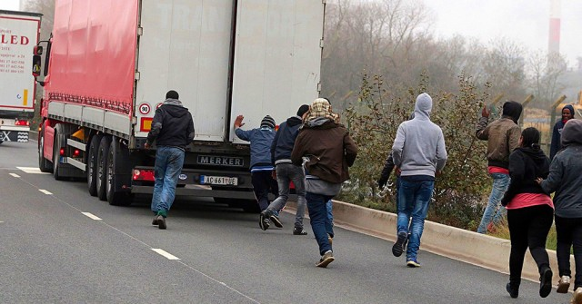 Migrants, lorry, Calais