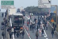 lupte-migranti-politie-port-calais-2015-005